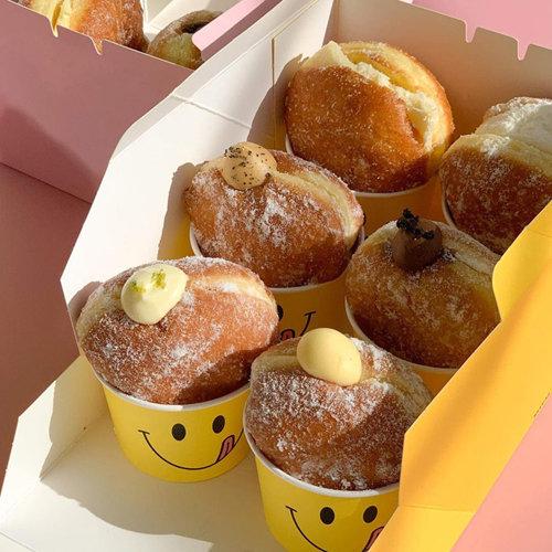 '스마일' 스티커가 보는 이를 웃음 짓게 만드는 '카페 노티드'의 도넛들. [카페 노티드 공식 인스타그램]