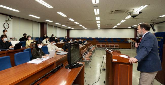 에릭 엔로 한동대 국제법률대학원 원장이 로스쿨 강의실에서 국제사법에 대해 강의하고 있다. [조영철 기자]