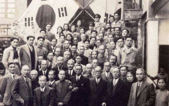 1945년 11월 3일 임시정부 요인 환국 기념사진. 맨 앞줄 중앙의 백범 김구 왼쪽이 김규식이다. [국사편찬위원회 제공]