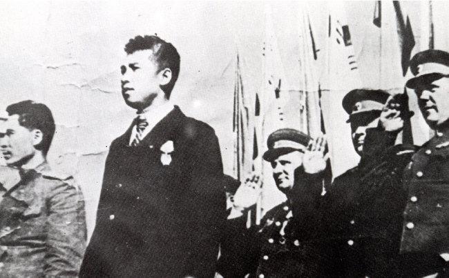 1945년 10월 14일 평양시 군중대회에 나타난 김일성(왼쪽에서 두 번째). [동아DB]