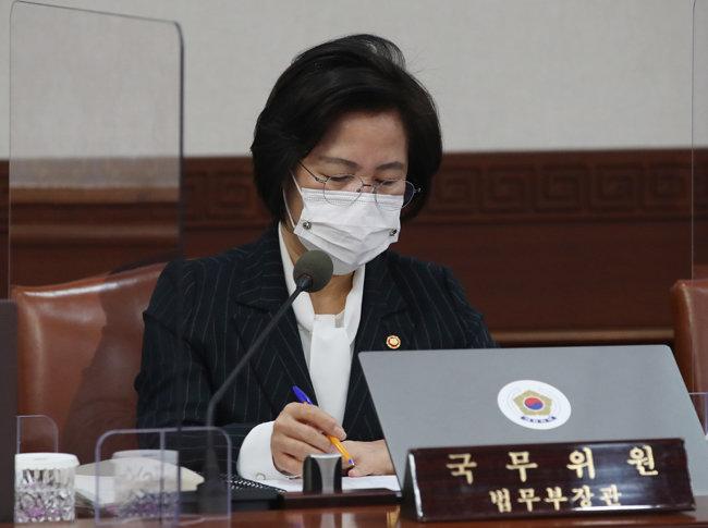 추미애 법무부 장관이 12월 8일 서울 종로구 정부서울청사에서 열린 국무회의에 참석하고 있다. [뉴스1]