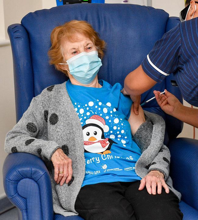 12월 8일 오전 영국 코벤트리 대학병원에서 코로나19 예방백신을 접종한 마거릿 키넌. 영국은 80대 이상 노인 등을 코로나19 백신 우선 투약 대상자로 정했다. [GettyImages]