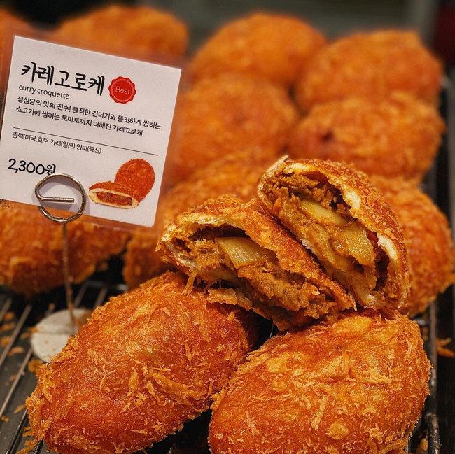 대전 성심당의 카레고로케. 포슬포슬 씹히는 빵가루와 카레의 조화가 매력적이다. [성심당 공식 인스타그램]