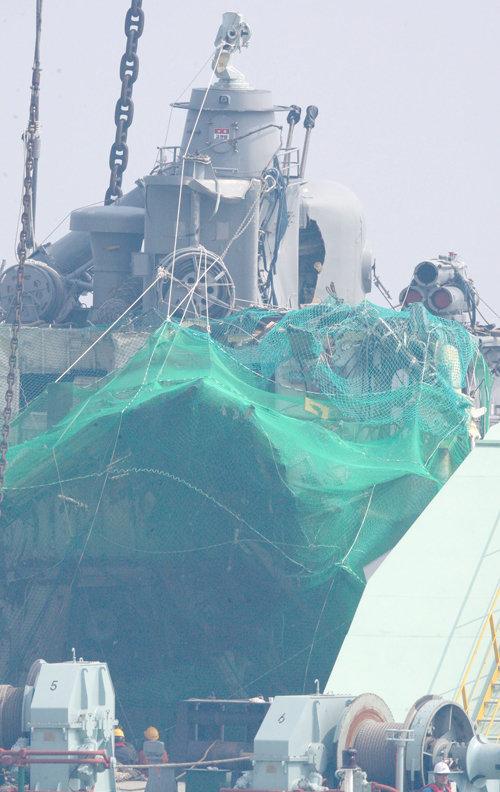2010년 4월 15일 인천 옹진군 백령도 앞바다에서 천안함이 폭침 20일 만에 인양됐다. [변영욱 동아일보 기자]