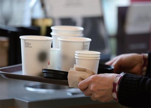 종이든 플라스틱이든 일회용 컵은 재활용이 어렵다. [GettyImage]