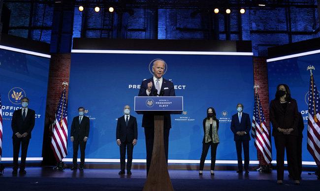 조 바이든 미국 대통령 당선인(가운데)이 11월 24일(현지시간) 미국 델라웨어 주 윌밍턴 퀸극장에서 차기 외교안보팀 지명자들을 소개하고 있다. 뒷줄 왼쪽에서 다섯 번째 인물이 존 케리 기후특사 지명자. [윌밍턴=AP 뉴시스]