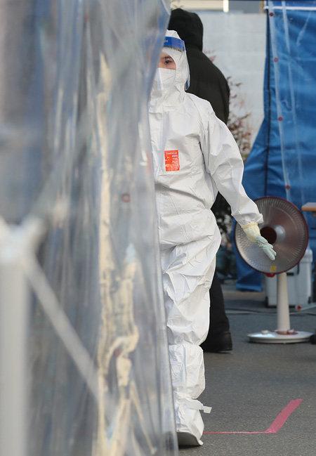 12월 14일 오후 대구 수성구보건소 선별진료소에서 의료진이 코로나19 검사를 진행하며 바쁘게 움직이고 있다. [뉴스1]