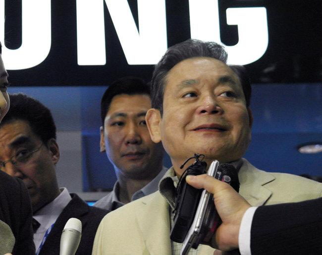 2012년 1월 미국 라스베이거스에서 열린 세계 최대 가전전시회 'CES 2012'를 찾은 고(故) 이건희 삼성그룹 회장.