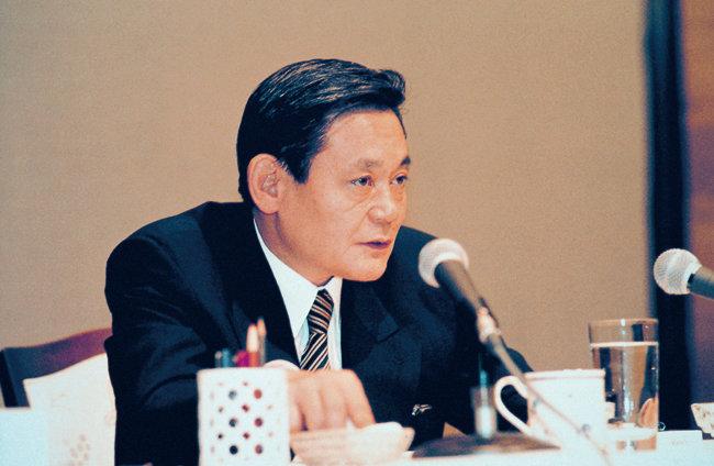 """이건희 회장이 1993년 6월 7일 독일 프랑크푸르트에서 """"마누라와 자식 빼고는 다 바꾸라""""고 천명한 '신경영 선언' 당시 모습."""