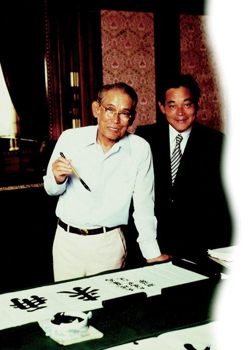 1980년 아버지 이병철 삼성그룹 창업주(왼쪽)와 함께 찍은 사진.