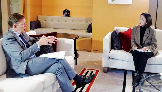 2020년 11월 25일 장혜영 정의당 의원(왼쪽)은 필립 터너 주한 뉴질랜드 대사와 포괄적 차별금지법을 놓고 대담을 나눴다. [장혜영 의원실 제공]