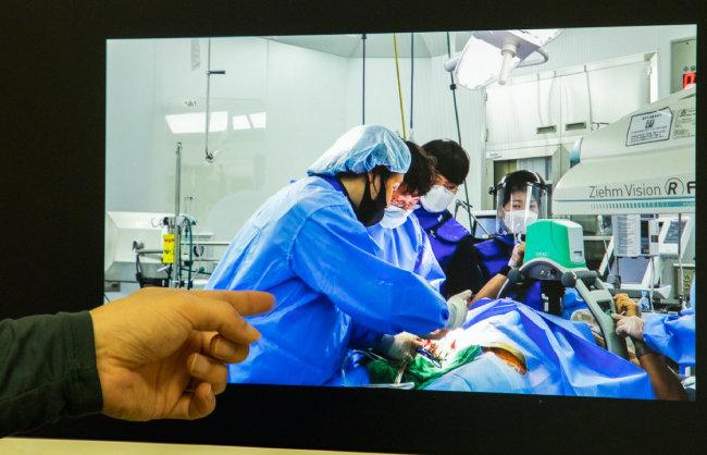 김형수 교수가 사진을 가리키며 에크모 치료 과정을 설명하고 있다. [조영철 기자]