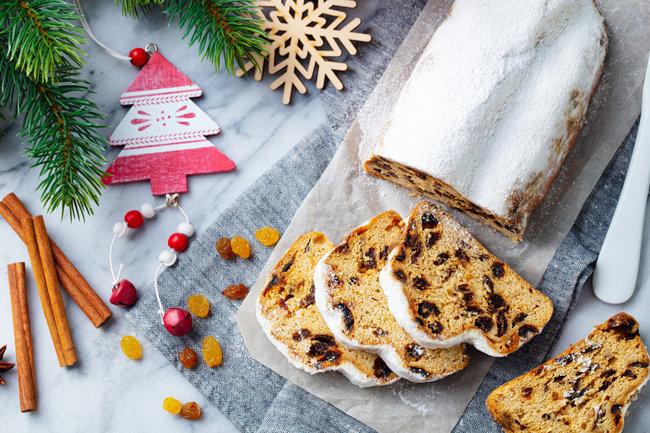 독일 사람들이 즐겨 먹는 크리스마스 빵 슈톨렌. 단단하고 묵직하며 마른 과일을 가득 품고 있어 도톰하게 썰었을 때 아주 예쁘다.  [GettyImage]