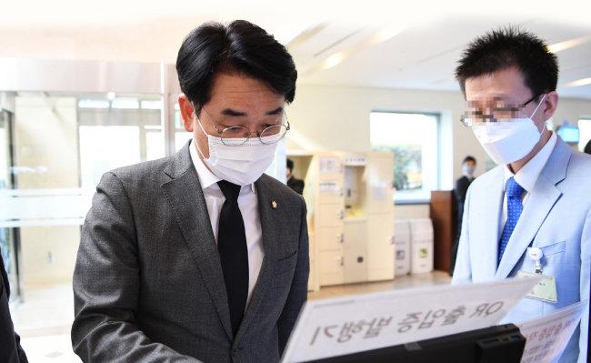 박용진 더불어민주당 의원이 2020년 10월 26일 고 이건희 삼성전자 회장 빈소가 마련된 서울 강남구 삼성서울병원 장례식장에 들어서고 있다.  [동아DB]