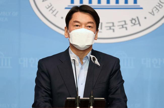 안철수 국민의당 대표가 20일 오전 서울 여의도 국회 소통관에서 서울시장 보궐선거 출마선언을 하고 있다.