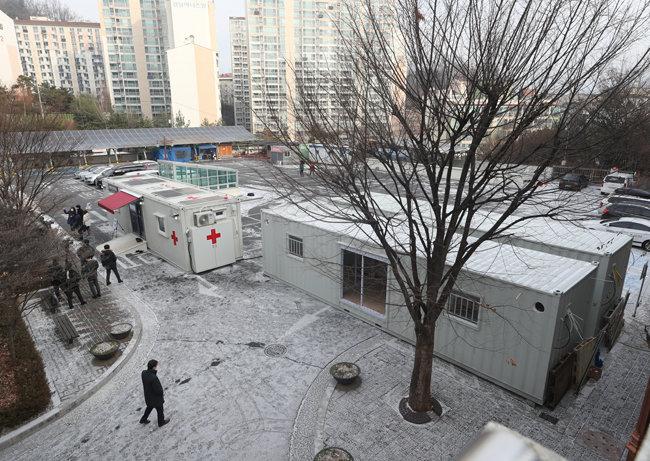 18일 오전 서울 은평구 서북병원에 이동형 음압 병실이 설치돼 있다. 최근 코로나19 유행으로 환자 치료 공간이 부족해지자 방역당국은 이동형 병상 마련에 속도를 내고 있다. [뉴스1]