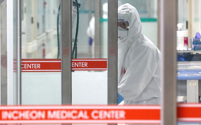 9일 인천 동구 인천의료원 음압격리병동에서 의료진이 병상 모니터를 확인하고 있다. [뉴스1]
