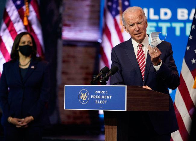 조 바이든 미국 대통령 당선인(오른쪽)이 2020년 11월 16일(현지 시간) 카멀라 해리스 부통령 당선인을 대동한 채  자택이 있는 델라웨어주 윌밍턴에서 경제 정책 구상을 밝혔다. [윌밍턴=AP 뉴시스]