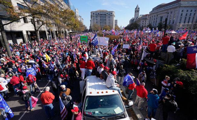 """2020년 11월 14일(현지 시간) 미국 수도 워싱턴의 백악관 프리덤 광장에 모인 도널드 트럼프 대통령 지지자들이 """"도둑질을 멈춰라"""" """"트럼프-펜스"""" 등의 문구가 쓰인 플래카드를 들고 대선 결과에 항의하는 시위를 벌이고 있다. [윌밍턴=AP 뉴시스]"""