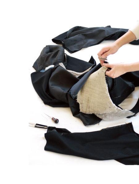 브랜드 래;코드(RE;CODE)는 재고 의류를 해체한 원단으로 새 옷을 만든다.