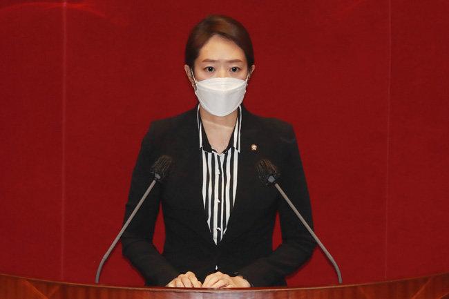 고민정 더불어민주당 의원이 12월 1일 서울 여의도 국회에서 열린 본회의에서 법률안 제안 설명을 하고 있다. [김동주 동아일보 기자]