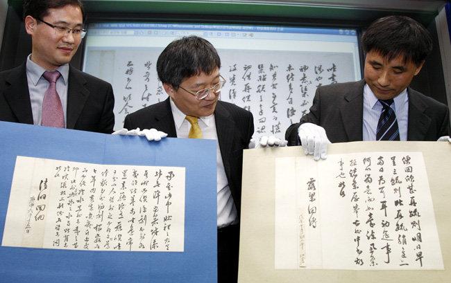 2009년 2월 9일 서울 성균관대에서 김문식 단국대 교수, 안대회·진재교 성균관대 교수(왼쪽부터)가 새로 발굴한 정조 어찰 중 일부를 공개했다. [동아DB]