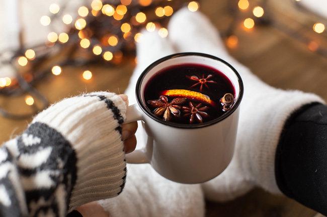 와인에 각종 과일을 넣고 끓여 만드는 뱅쇼는 겨울날 집에서 뒹굴뒹굴하며 마시기 좋다. [Gettyimage]