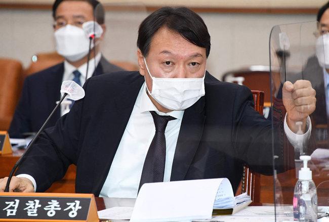 윤석열 검찰총장이 10월 22일 대검찰청 국정감사에서 주먹을 쥐며 답변하고 있다. [김동주 동아일보 기자]