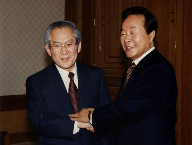 1996년 1월 22일 청와대에서 김영삼 당시 대통령이 이회창 전 국무총리를 만나 악수하고 있다. [동아DB]