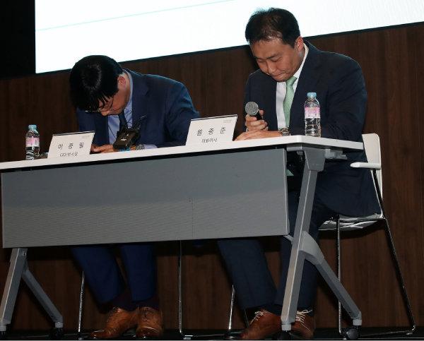원종준 라임자산운용 대표이사(오른쪽)와 이종필 부사장이 2019년 10월 14일 서울 여의도 국제금융센터(IFC)에서 펀드 환매 중단 사태 관련 기자회견을 했다. 펀드 환매 중단은 사실상 파산 선언이다. [뉴스1]