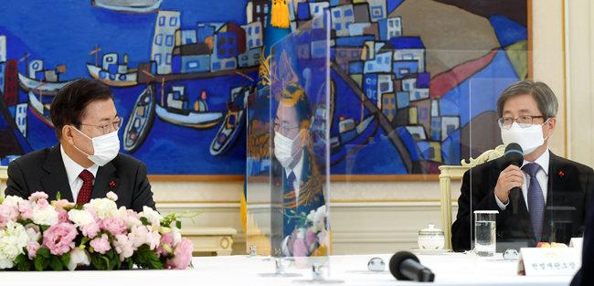 문재인 대통령이 12월 22일 청와대에서 열린 '5부요인 초청 간담회'에서 김명수 대법원장의 발언을 듣고 있다. [청와대 사진기자단]