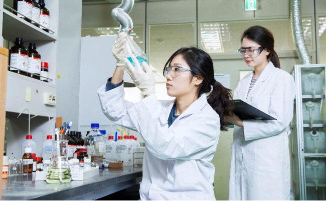 2020년 주식시장에서 투자자의 관심을 집중시켰던 바이오 관련주는 코로나19 백신 개발을 기점으로 종목에 따라 희비가 크게 갈릴 전망이다. [동아DB]