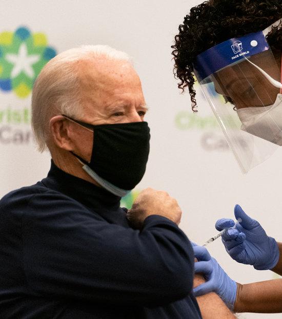 조 바이든 미국 대통령 당선인이 12월 21일(현지시간) 델라웨어주 한 병원에서 코로나19 백신을 맞고 있다. 이 모습은 TV로 생중계됐다. [AP/뉴시스]
