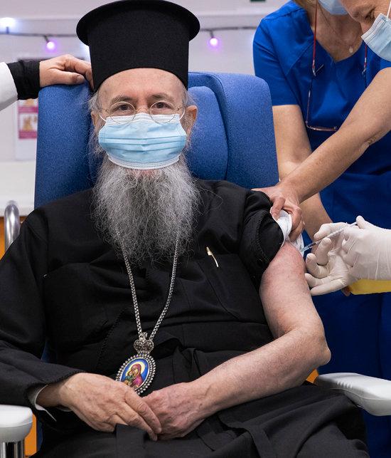 이에로테오스 그리스정교회 대주교가 12월 27일(현지시간) 그리스 아테네에서 코로나19 백신을 맞고 있다. [AP]