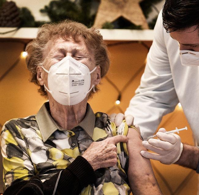 12월 27일(현지시간) 독일 한 요양원 입주자가 코로나19 백신을 맞고 있다. [AP]