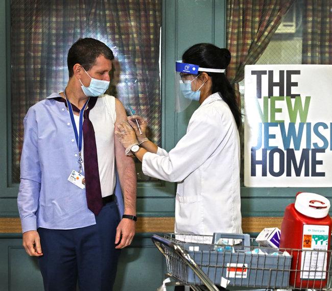 12월 21일(현지시간) 미국 뉴욕의 한 요양원에서 의사 제프리 파버 씨가 코로나19 백신을 접종하고 있다. [Getty Images]