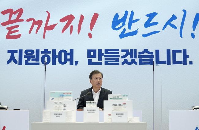 10월 15일 문재인 대통령이 경기 성남시 SK바이오사이언스 연구소를 찾아 간담회를 열었다. 이날 간담회는 코로나19 백신·치료제 개발 상황을 점검하고 임상에 참여한 연구진을 격려하고자 마련됐다. [청와대 사진기자단]