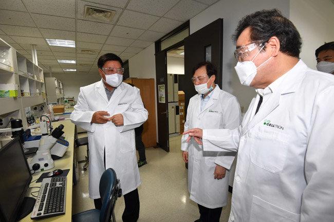이낙연 더불어민주당 대표(오른쪽)가 지난해 10월 18일 인천 연수구 셀트리온 2공장을 방문해 서정진 셀트리온 회장(왼쪽)으로부터 코로나19 항체치료제 개발 현황에 대한 설명을 듣고 있다. [뉴스1]