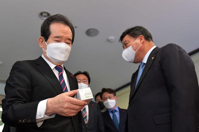 정세균 국무총리(왼쪽)가 지난해 12월 22일 인천 연수구 셀트리온 2공장을 방문해 코로나19 항체치료제를 살펴보고 있다.  [뉴스1]