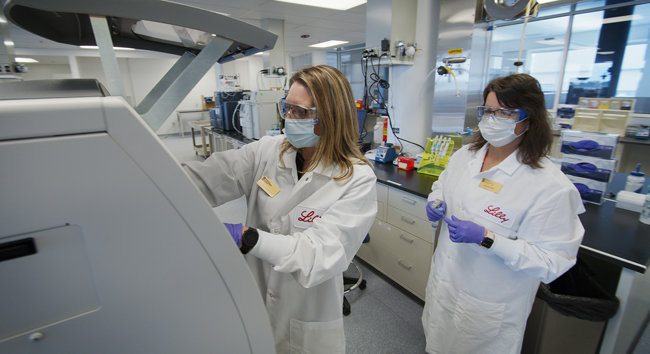 다국적제약사 일라이릴리 연구진이 코로나19 항체치료제 후보물질의 안정성을 시험하고 있다. [일라이릴리 제공]