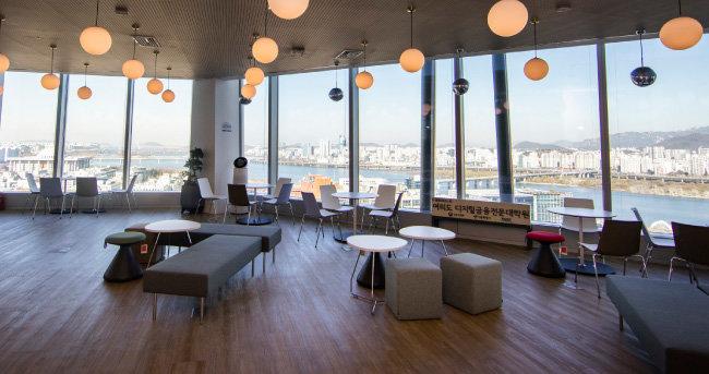 서울시는 2020년 9월 서울핀테크랩 인근 국제금융센터(One IFC) 17층에 '여의도 디지털금융전문대학원'을 개관했다. 사진은 공용 라운지 전경. [조영철 기자]