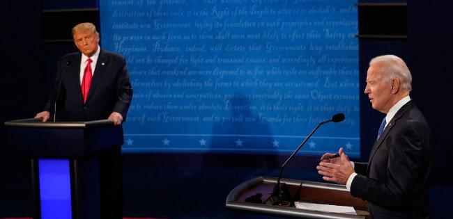 도널드 트럼프 미국 대통령(왼쪽)이 2020년 10월 22일(현지 시간) 테네시주 내슈빌의 벨몬트대에서 조 바이든 민주당 후보와 대선 최종 토론을 하고 있다. [AP=슈시스]