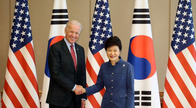 2013년 12월 6일 박근혜 당시 대통령이 청와대를 방문한 조 바이든 당시 미국 부통령을 접견하며 악수하고 있다. [뉴시스]
