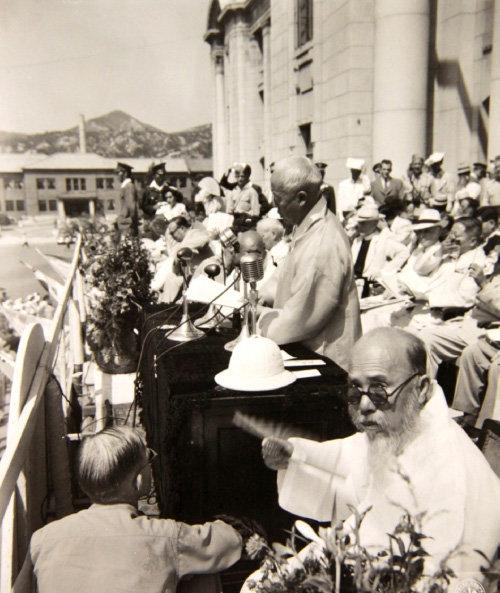 1948년 8월 15일 중앙청 광장에서 열린 '대한민국 정부수립 국민축하식'에서 이승만 대통령이 기념사를 낭독하고 있다. 앞쪽에 전남 고흥에서 당선된 오석주(吳錫柱) 제헌의원의 모습이 보인다. [미국 국립문서기록청]