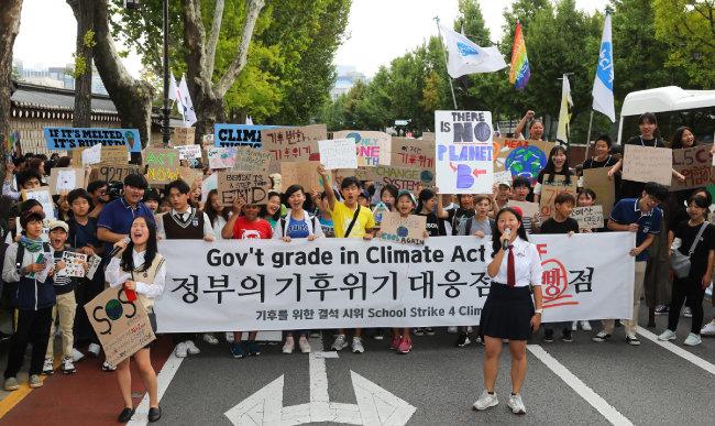 2019년 9월 27일 종로구 세종로공원에서 정부의 즉각적 기후위기 대응을 촉구하는 결석 시위가 진행됐다. [청소년기후행동 제공]