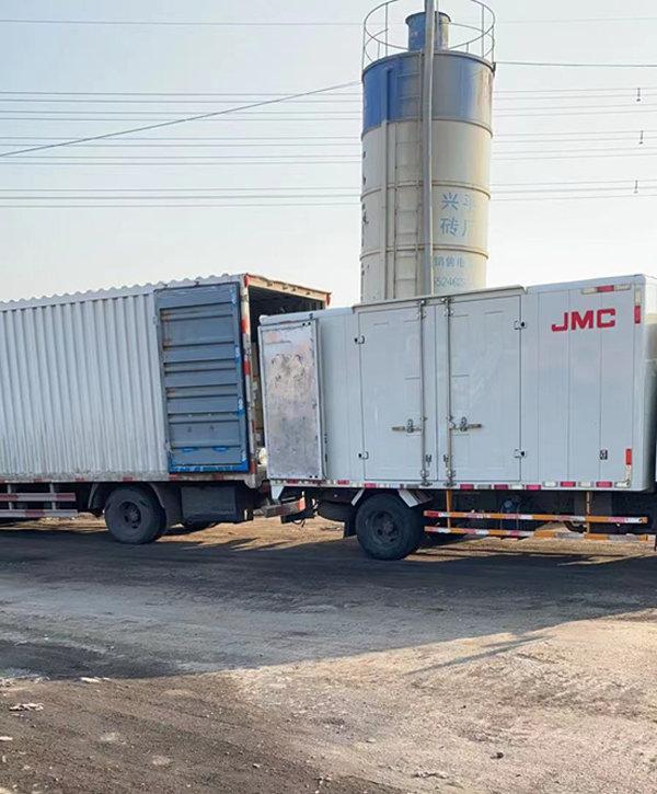 화물차량으로 중국 다롄시 진저우구 출입구를 막은 모습.