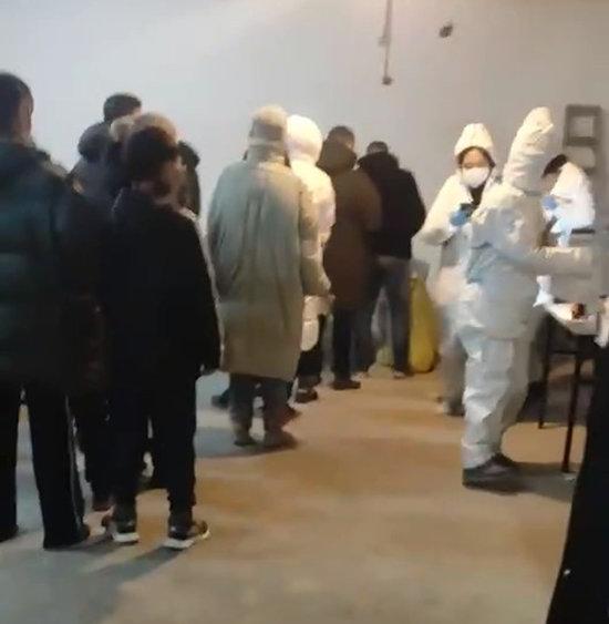 중국 진저우구 한 아파트 단지에서 주민들이 단체로 코로나19 검사를 받고 있다.