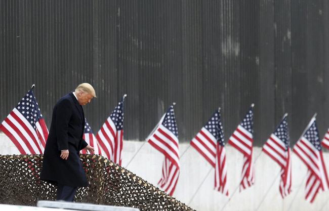 미국 하원이 1월 12일(현지 시간) 수정헌법 25조에 따라 도널드 트럼프 대통령의 직무 배제를 촉구하는 결의안을 통과시켰다. 이날 트럼프 대통령이 텍사스주 알라모의 국경장벽 인근에서 연설을 하기 위해 연단 근처의 계단으로 이동하고 있다. [알라모=AP 뉴시스]