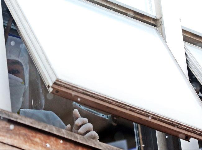 2020년 12월 29일 코호트 격리된 서울 구로구 미소들요양병원 의료진이 창문 밖을 내다보고 있다. [뉴스1]