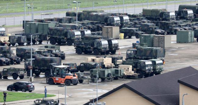 한미 연합훈련의 사전 연습 성격인 위기관리참모훈련이 시작된 지난해 8월 11일 경기도 평택 미군기지(캠프 험프리스)에 차량이 주차돼 있다. [뉴스1]